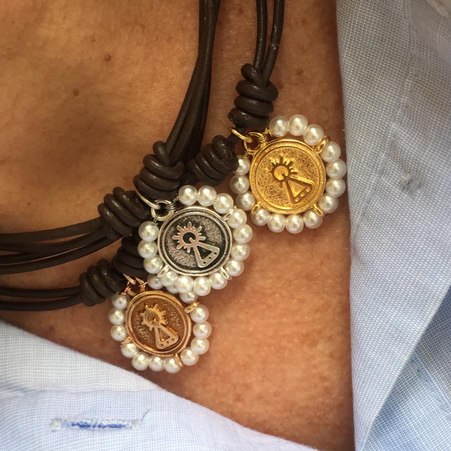 Gargantilla cuero marrón con  medalla Virgen de Covadonga