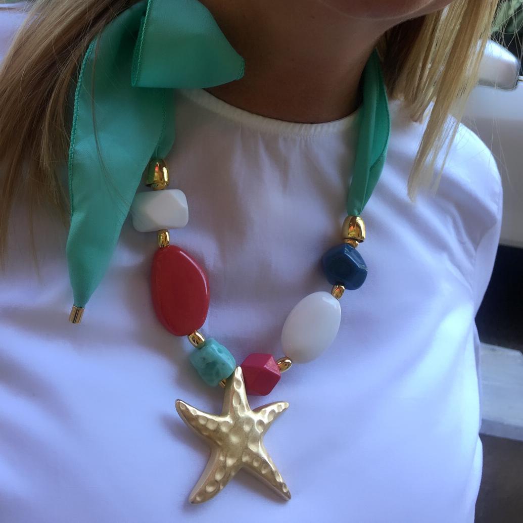 Collar estrella metalica dorada con resinas