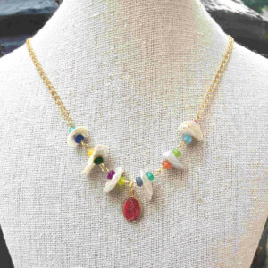 Collar perlas jades y virgen Milagrosa