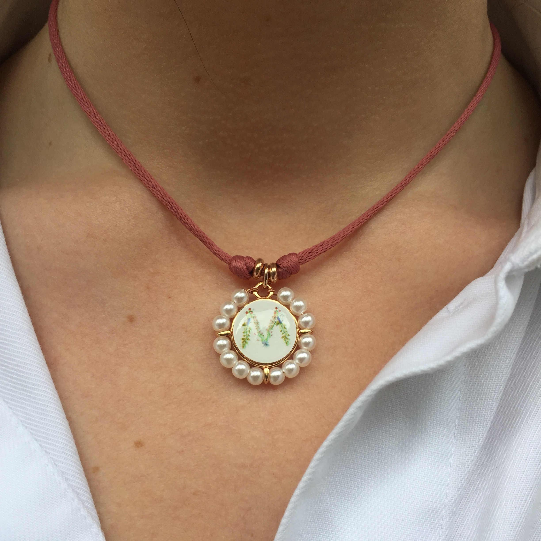 Gargantilla cordon con  inicial perlas