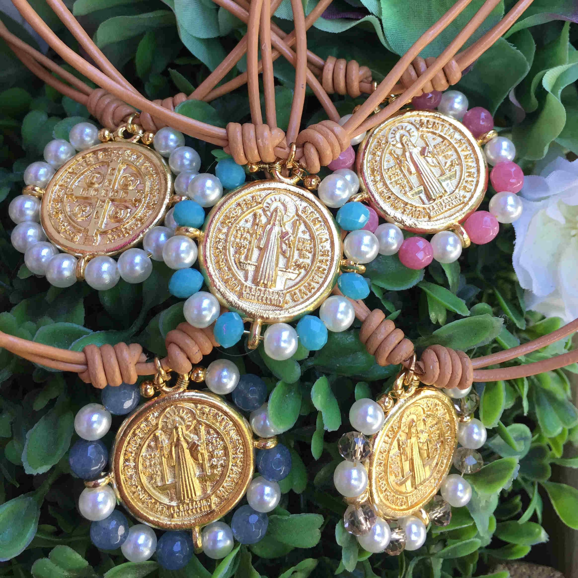 Collar cuero con medalla San Benito dorada y piedras