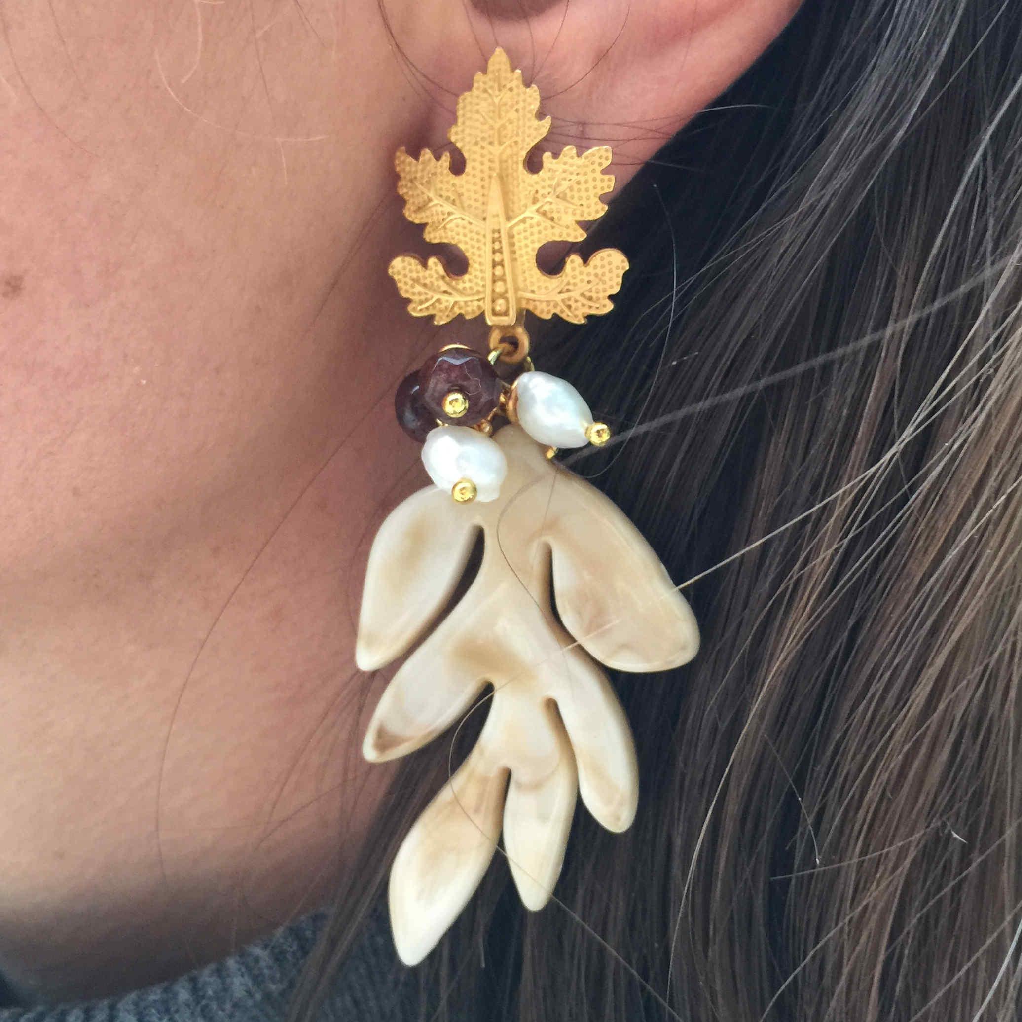 Pendiente dorado hoja con colgante y perlas