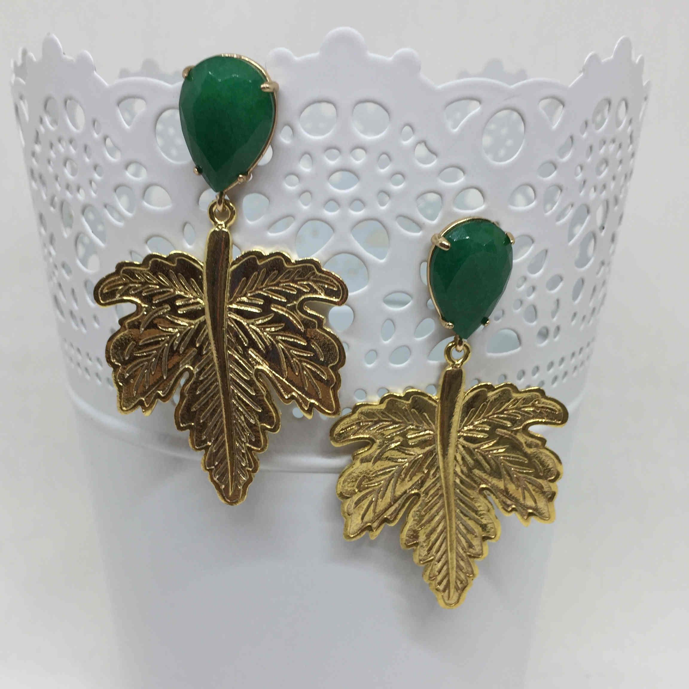 Pendiente con piedra verde y colgante hoja metal