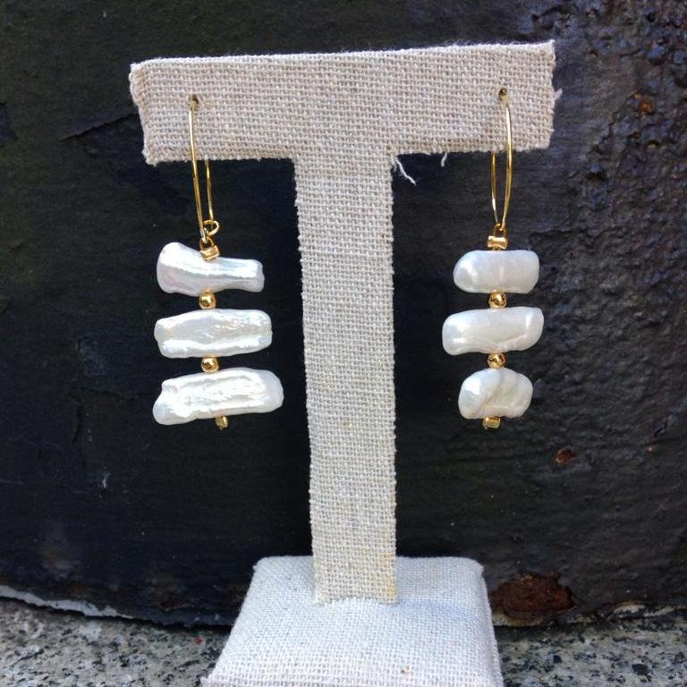 Pendiente aro dorado con tres perlas planas blancas